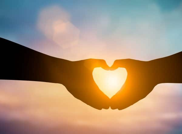 לב שנוצר בעזרת הידיים אל מול השמש