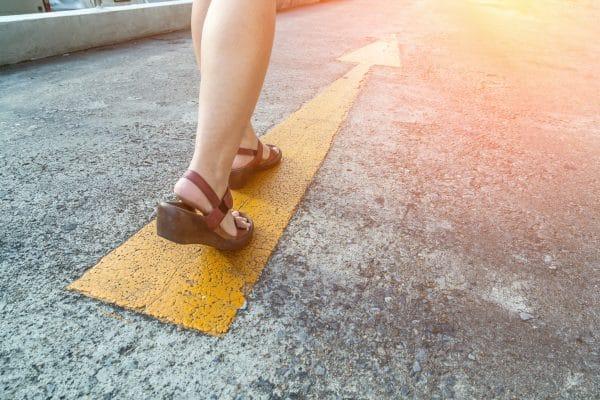 """אישה צועדת ע""""פ מסלול החץ"""